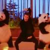 John Mayer dança com pandas no clipe de 'Still Feel Like Your Man'; assista