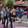 Brad Pitt leva filhos de Chris Cornell a parque de diversões; confira fotos