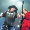 Angus Young divide palco com Guns N´Roses na Alemanha; assista