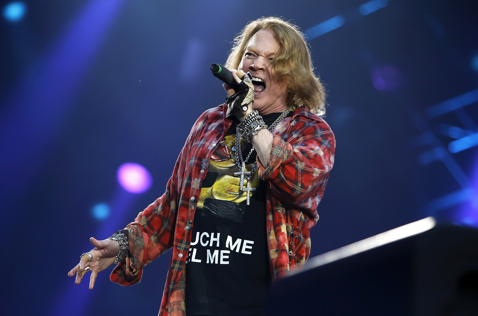 LONDON, ENGLAND - JUNE 04:  Axl Rose performs with  AC/DC at Queen Elizabeth Olympic Park on June 4, 2016 in London, England.  (Photo by Chiaki Nozu/Getty Images)