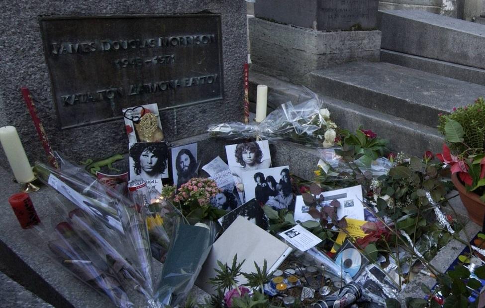 Jim Morrison: fãs prestam homenagem diante de túmulo no 50º aniversário de  morte do líder do The Doors - Ligado à Música